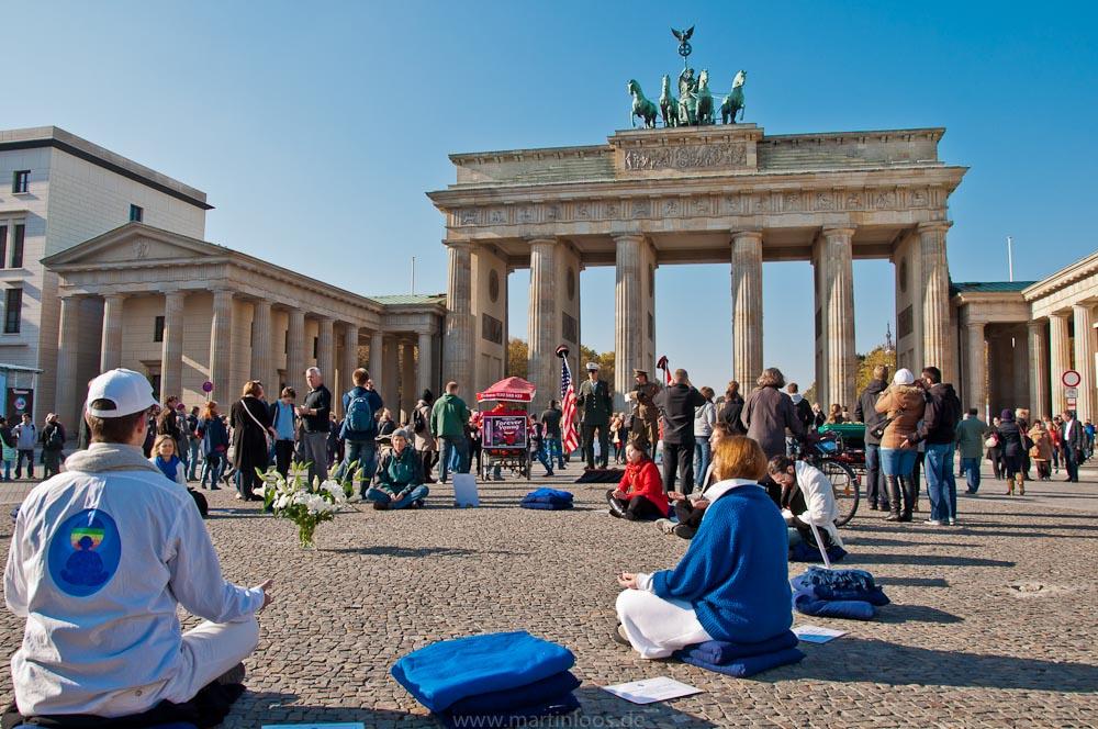 sehenswürdigkeiten-berlin-brandenburger-tor-meditieren-38