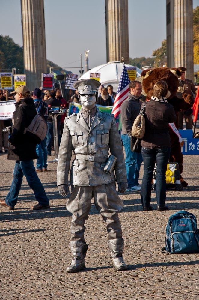 sehenswürdigkeiten-berlin-brandenburger-tor-polizist-32