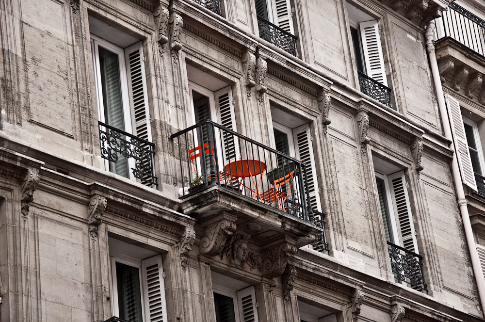 paris-architektur-tisch-balkon