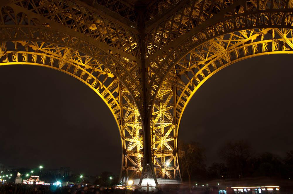 paris-bei-nacht-eiffelturm-gerüst