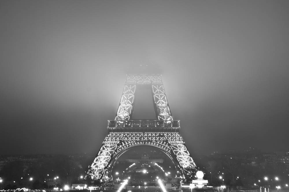 paris-bei-nacht-eiffelturm-nebel