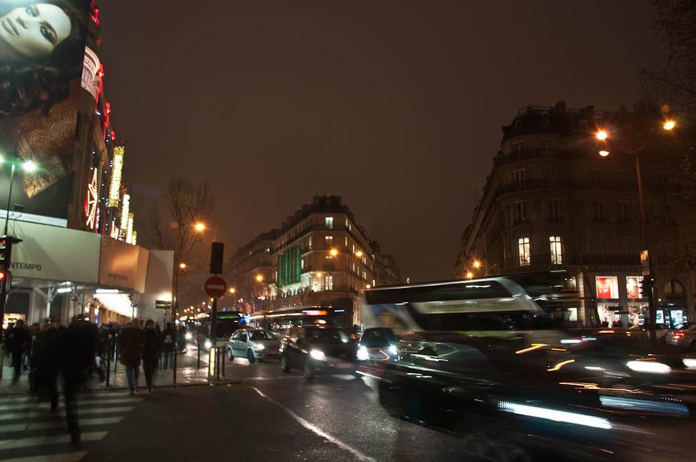 paris-bei-nacht-verkehr
