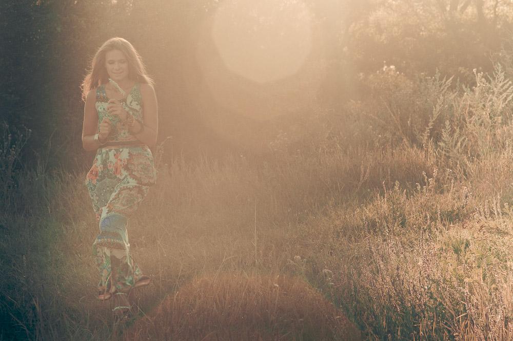 hippie-fotoshooting-russland-blumen-feld-sonne-gegenlicht