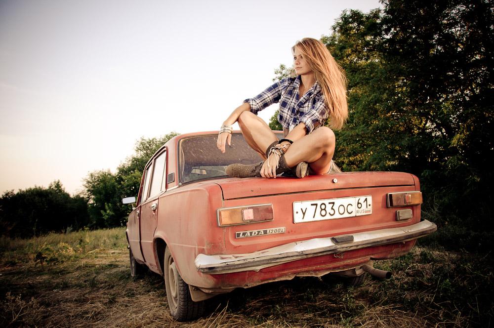 hippie-fotoshooting-russland-lada-im-feld