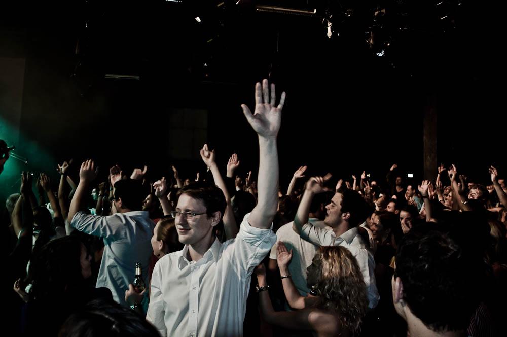 leon-taylor-gibson-club-frankfurt-publikum-hand